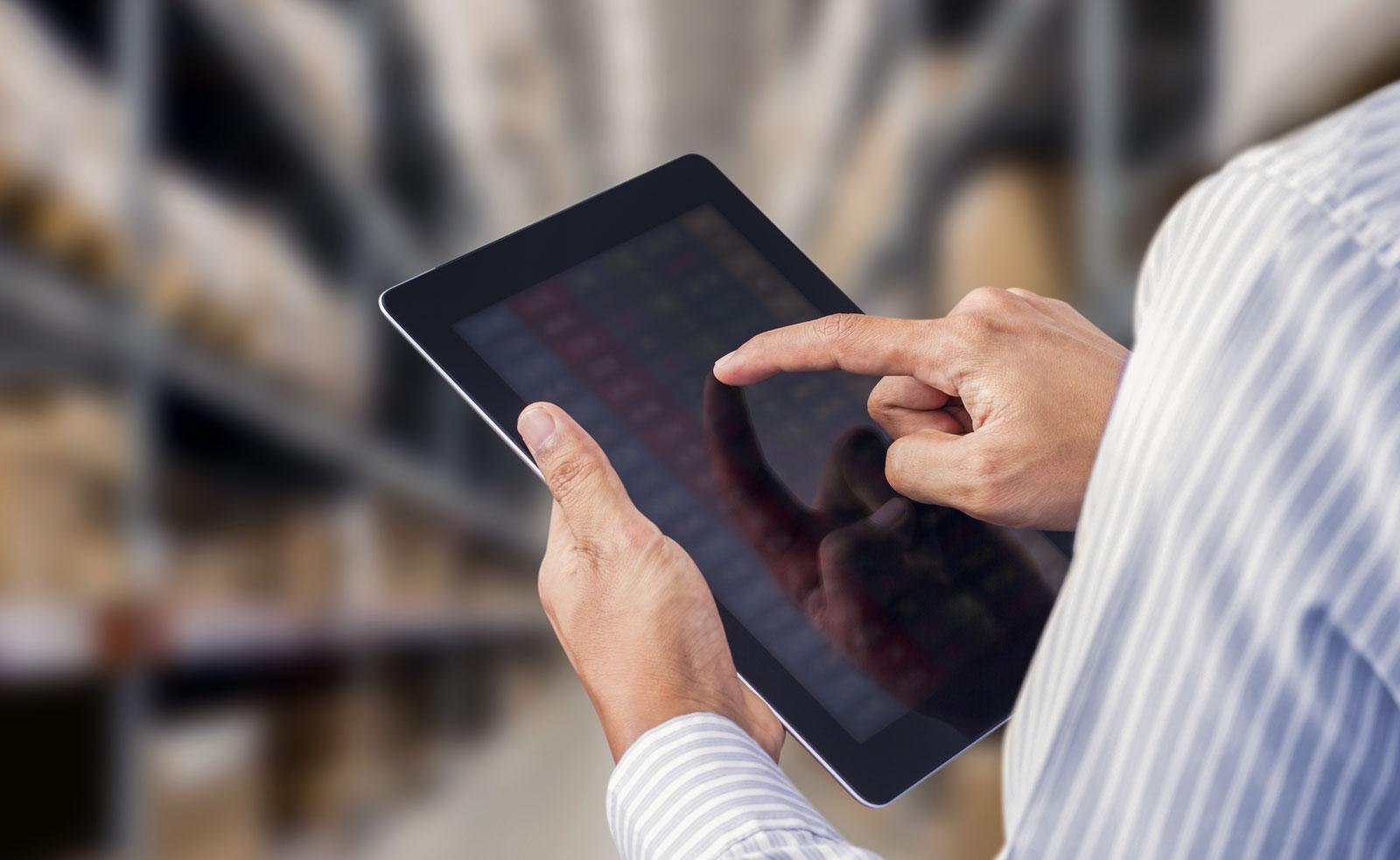Mann mit einem Tablet in der Hand